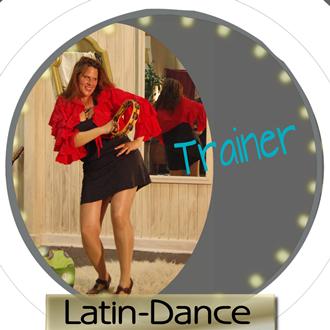Bild der Trainerin, die tanzt mit einem Instrument