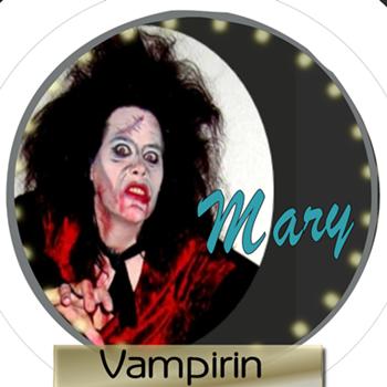 Simone als Vampir mit blutigen Schnittstellen im Gesicht