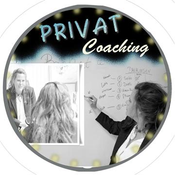 Bild der Trainerin die Etwas erklärt