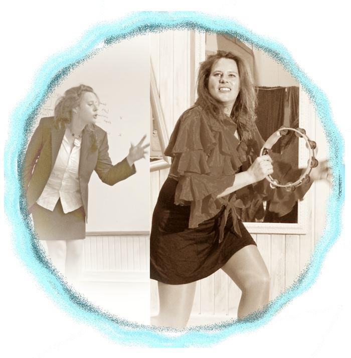 Die Trainerin Simone Breitzke spielt Tamburin und lacht